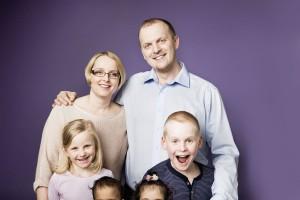 """Michaela Sturm-Stallinger und Thomas Stallungen haben vier Kinder, zwei davon sind Pflegekinder. ,,Ob man ein Kind geboren hat oder nicht, hat nicht unbedingt mit Liebe zu tun. Das Wichtigste ist, was danach passiert und was dabei entsteht.""""/ © Robert Maybach"""