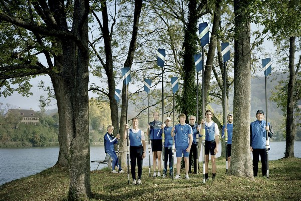 """Die Mitglieder des Ruderclubs Blauweiss wollten sich am liebsten in ihren Booten zeigen. Die Fotografen Ursula Sprecher und Andi Cortellini wollten jedoch ein Szenario schaffen, an dem der Blick hängen bleibt, und stellten die Ruderer mit ihren """"Werkzeugen"""" in den Wald."""