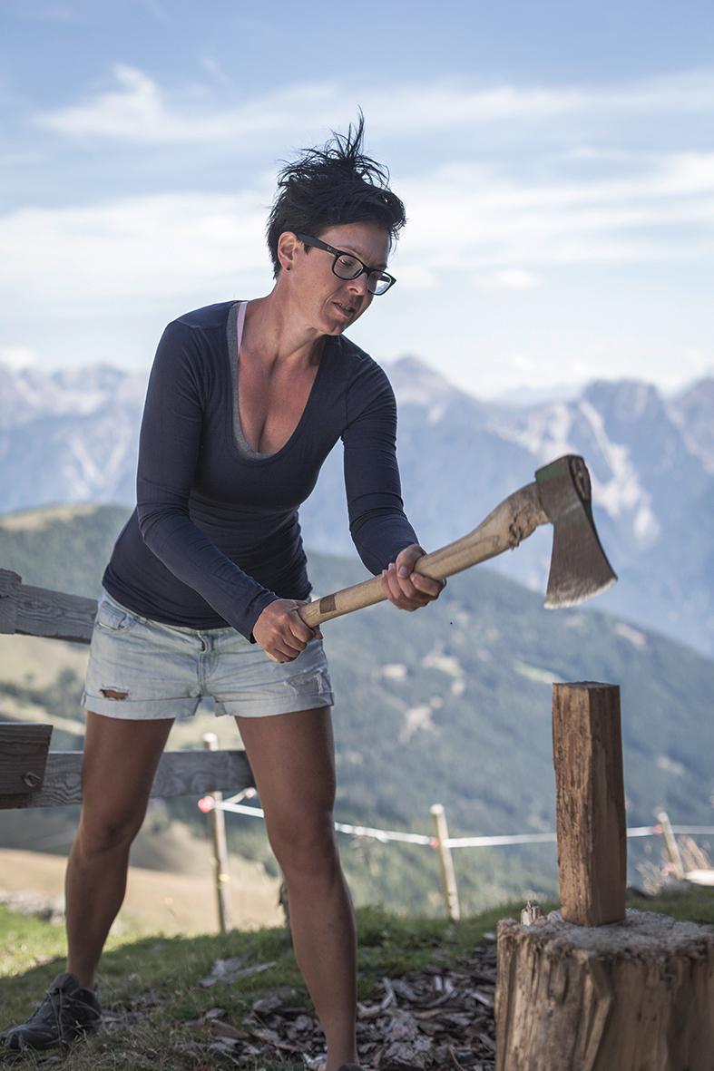 Kraft-Kammer. Aus der Not wurde eine Tugend, aus der Hirtin (auch) eine Holzhackerin und aus den Buttermuskeln wohlgeformte Arme.