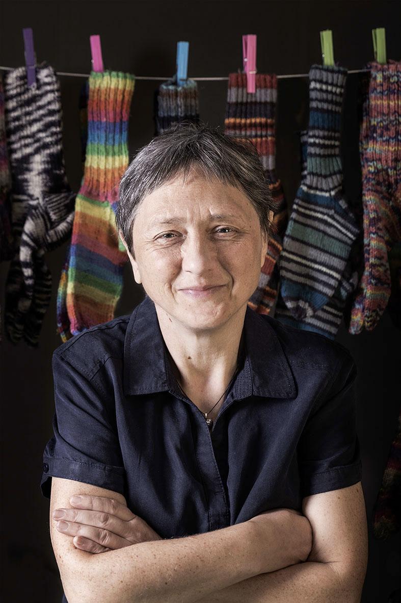 """Elisabeth Hofstätter: """"Ich bin eine Strickliesl. Ich kann sehr schöne Socken stricken. Die Farbe der Sockenwolle mag ich mir selber aussuchen. Es ist gut, dass alle Socken am Christkindlmarkt verkauft werden. Ich bin sehr fleißig."""""""