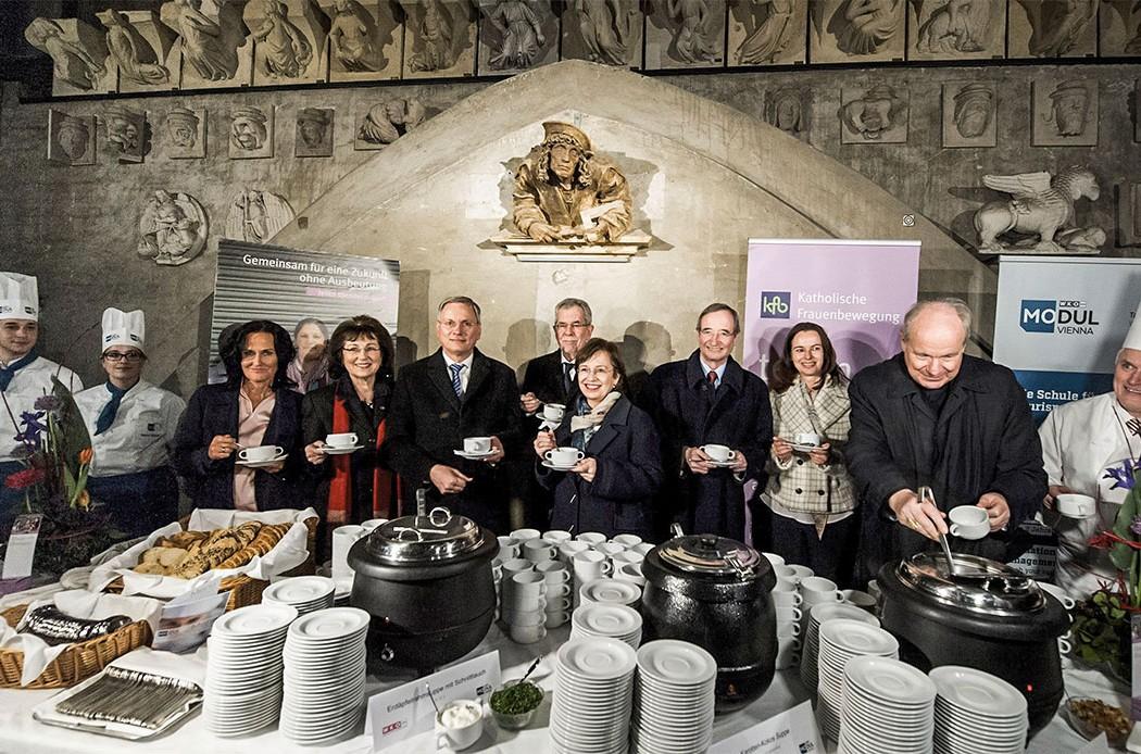 20170307 BP Alexander van der Bellen mit Gattin beim Benefiz-Suppenessen im Dachstuhl des Stephandoms