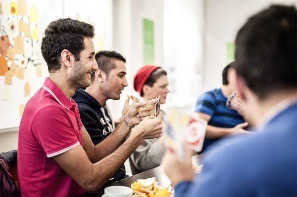 Kartenspielen, Ausflüge, Kochen, Deutsch lernen: Gemeinsame Aktivitäten fördern die Beziehungen zwischen Einheimischen und Zuwandernden. © Elisabeth Mandl