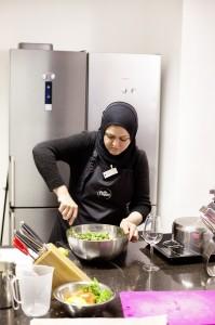 Hanadi Abbarah beim Zubereiten von Taboulé (Rezept siehe unten).