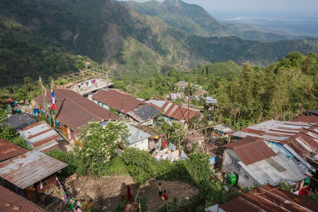 Eine Luftaufnahme des größten Dorfs der Makaibari-Teeplantage. Die ArbeiterInnen leben auf der Plantage in verschiedenen Dörfern.