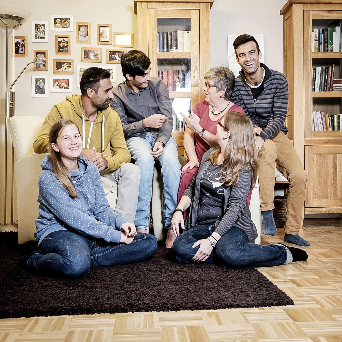 """Familie Zeinhofer mit ihren Freunden Ayaz, Aziz und Ghorzang. """"Wir lernen sehr viel voneinander."""""""