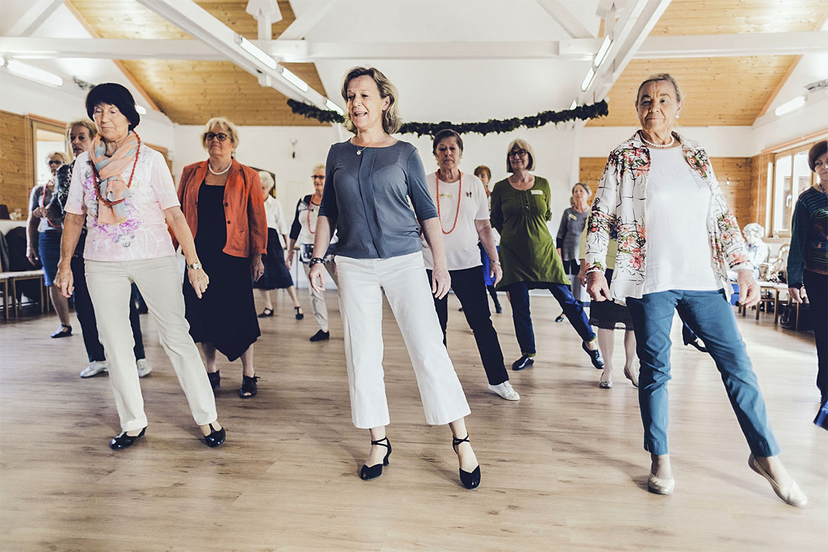 Tanzen ab der Lebensmitte - das hält mental und körperlich fit. Die TänzerInnen müssen sich ständig auf neue Konstellationen einstellen, das gemeinsame Erarbeiten von Schrittfolgen verbindet und macht Freude.