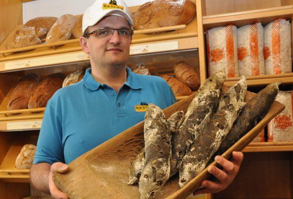 Martin Bräuer mit Pane Nero in der Bäckerei in Reichenthal_groß